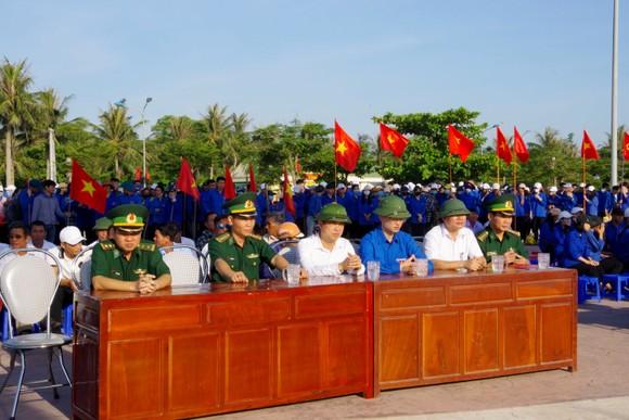 Hơn 1.000 đoàn viên thanh niên ra quân làm sạch môi trường bãi biển ở Hà Tĩnh ảnh 1
