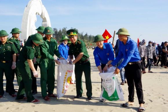 Hơn 1.000 đoàn viên thanh niên ra quân làm sạch môi trường bãi biển ở Hà Tĩnh ảnh 2