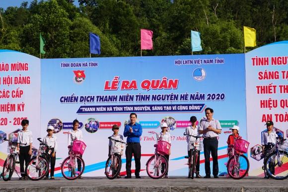 Hơn 1.000 đoàn viên thanh niên ra quân làm sạch môi trường bãi biển ở Hà Tĩnh ảnh 6
