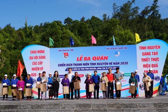 Hơn 1.000 đoàn viên thanh niên ra quân làm sạch môi trường bãi biển ở Hà Tĩnh ảnh 7