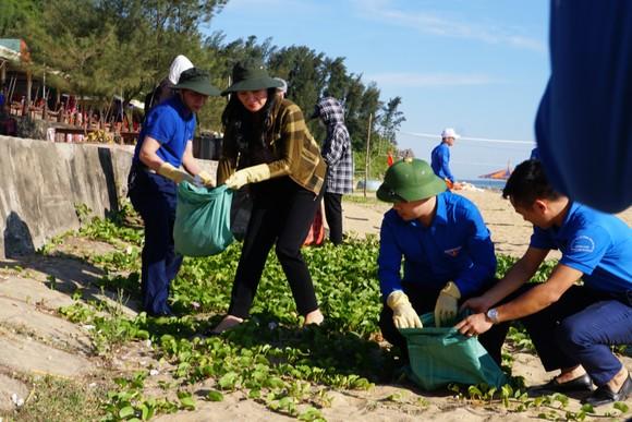 Hơn 1.000 đoàn viên thanh niên ra quân làm sạch môi trường bãi biển ở Hà Tĩnh ảnh 8