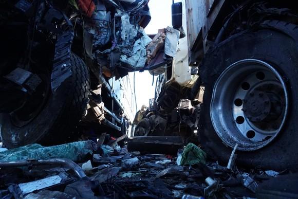 Va chạm giữa xe tải và xe container, 3 người thương vong ảnh 4