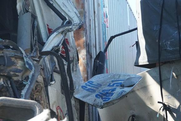 Va chạm giữa xe tải và xe container, 3 người thương vong ảnh 6
