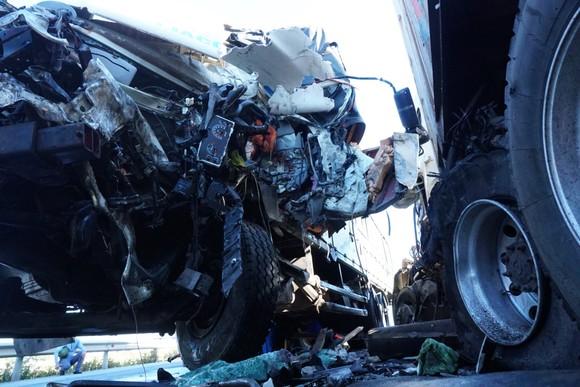 Va chạm giữa xe tải và xe container, 3 người thương vong ảnh 5