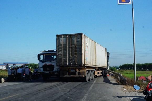 Va chạm giữa xe tải và xe container, 3 người thương vong ảnh 2