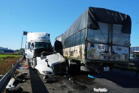 Va chạm giữa xe tải và xe container, 3 người thương vong ảnh 1