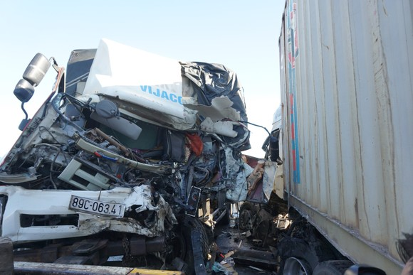 Va chạm giữa xe tải và xe container, 3 người thương vong ảnh 3