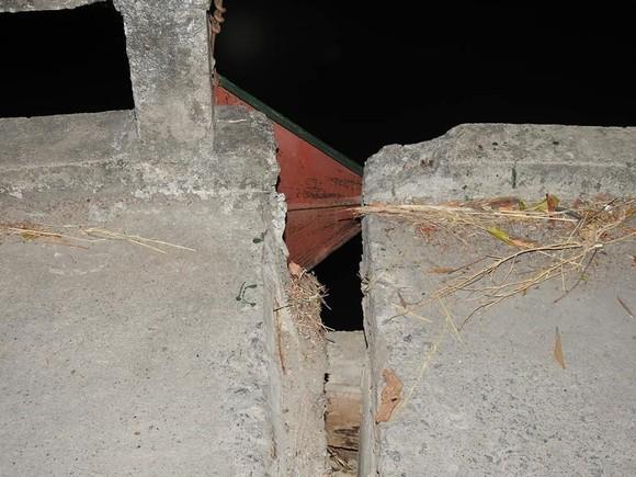 Cầu dân sinh có nguy cơ sập sau khi bị sà lan chở cát va chạm ảnh 12