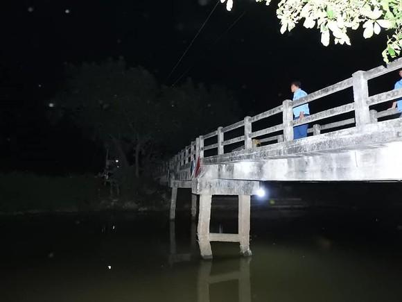 Cầu dân sinh có nguy cơ sập sau khi bị sà lan chở cát va chạm ảnh 11