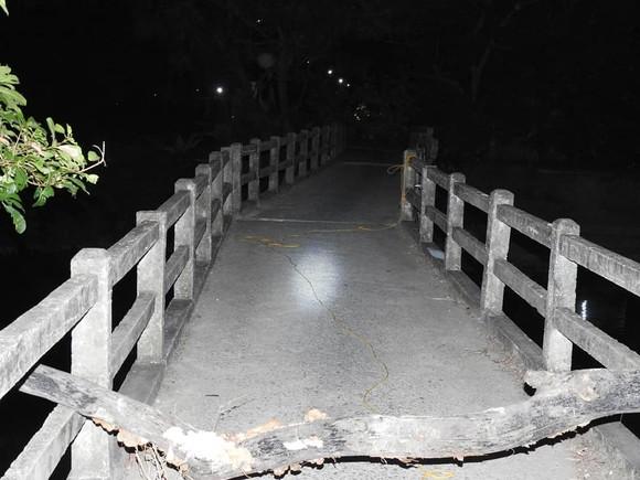 Cầu dân sinh có nguy cơ sập sau khi bị sà lan chở cát va chạm ảnh 5