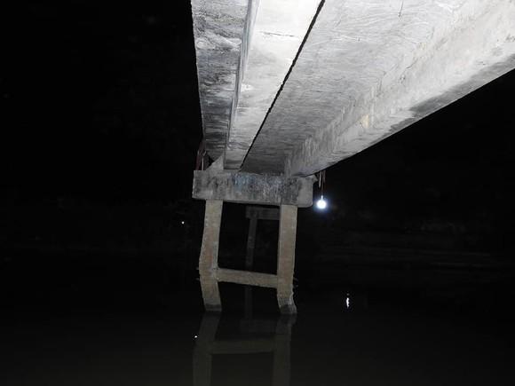 Cầu dân sinh có nguy cơ sập sau khi bị sà lan chở cát va chạm ảnh 7