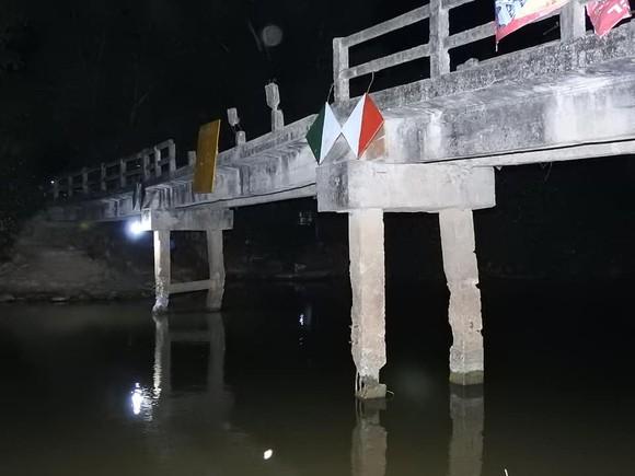 Cầu dân sinh có nguy cơ sập sau khi bị sà lan chở cát va chạm ảnh 13