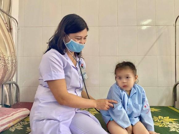 Nội soi, lấy thành công nút bấm điều khiển ti vi dài 1,5cm nằm trong khí quản bệnh nhi 3 tuổi ảnh 2