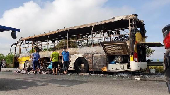 Xe khách bốc cháy lúc rạng sáng trên Quốc lộ 1 ở Hà Tĩnh ảnh 1