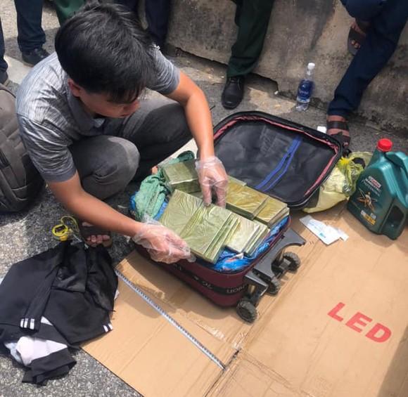Cảnh sát vây bắt nhóm đối tượng đi ô tô trên Quốc lộ 1A nghi vận chuyển ma túy ảnh 2