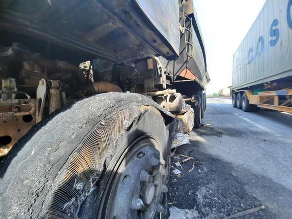 Xe ô tô đầu kéo bốc cháy trên Quốc lộ 1A ở Hà Tĩnh ảnh 5