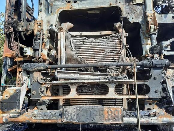 Xe ô tô đầu kéo bốc cháy trên Quốc lộ 1A ở Hà Tĩnh ảnh 2