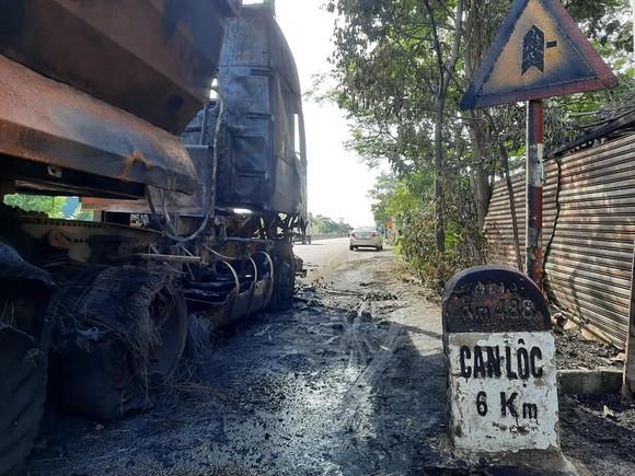 Xe ô tô đầu kéo bốc cháy trên Quốc lộ 1A ở Hà Tĩnh ảnh 7