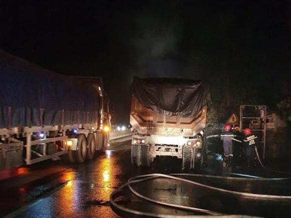 Xe ô tô đầu kéo bốc cháy trên Quốc lộ 1A ở Hà Tĩnh ảnh 1
