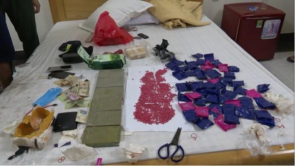 Bắt đối tượng vận chuyển 6 bánh heroin, 1kg ketamine và 12.000 viên ma túy tổng hợp ảnh 2