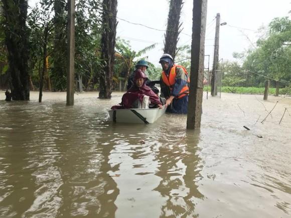 Lực lượng chức năng ở xã Thạch Đài (huyện Thạch Hà, tỉnh Hà Tĩnh) giúp đưa người lớn tuối đến nơi tránh trú an toàn