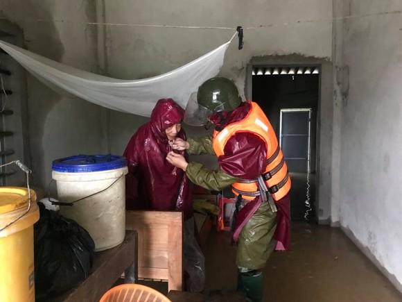 Hà Tĩnh sơ tán hàng trăm người dân đến nơi an toàn tránh lũ ảnh 4