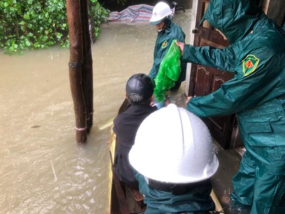 Hà Tĩnh sơ tán hàng trăm người dân đến nơi an toàn tránh lũ ảnh 3