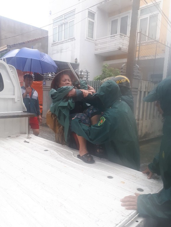 Hà Tĩnh sơ tán hàng trăm người dân đến nơi an toàn tránh lũ ảnh 7