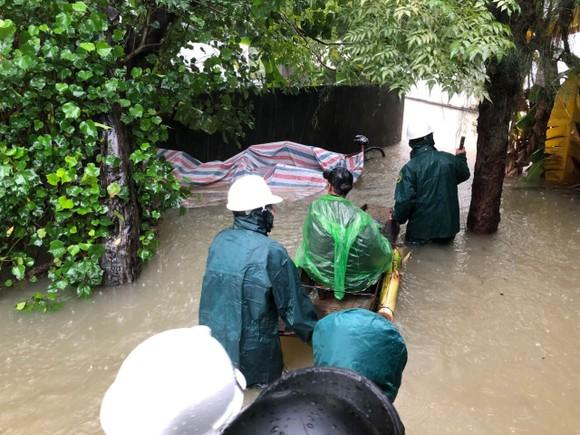 Hà Tĩnh sơ tán hàng trăm người dân đến nơi an toàn tránh lũ ảnh 6