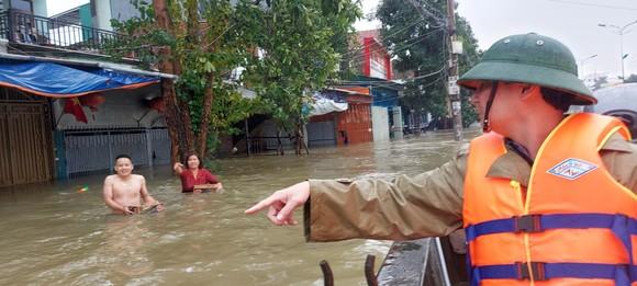 Nhiều địa phương ở Hà Tĩnh bị cô lập, chia cắt ảnh 3