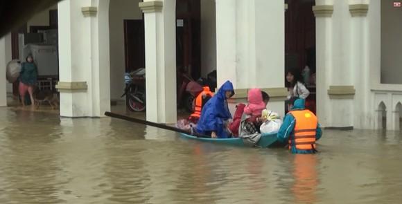Nhiều địa phương ở Hà Tĩnh bị cô lập, chia cắt ảnh 9