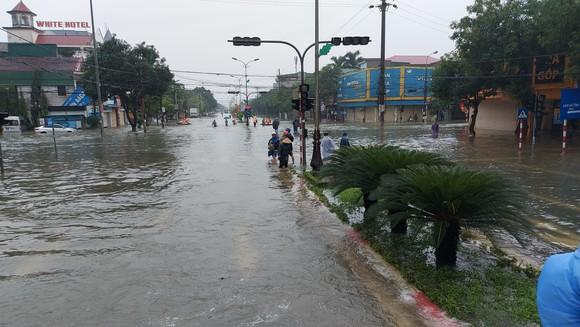 Nhiều địa phương ở Hà Tĩnh bị cô lập, chia cắt ảnh 2