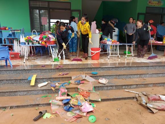 Tích cực dọn dẹp vệ sinh trường lớp sau khi lũ rút ảnh 2