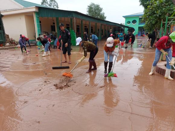 Tích cực dọn dẹp vệ sinh trường lớp sau khi lũ rút ảnh 5