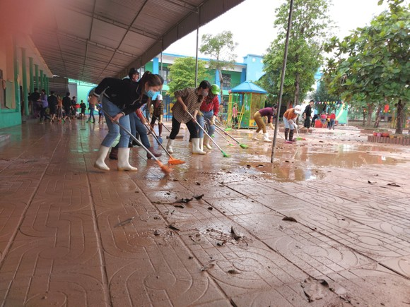 Tích cực dọn dẹp vệ sinh trường lớp sau khi lũ rút ảnh 4