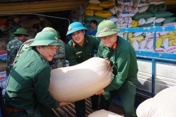 Giúp dân khắc phục hậu quả lũ lụt ở Hà Tĩnh ảnh 4