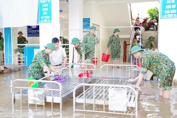 Cán bộ, nhân viên C20 Trinh sát – đặc nhiệm giúp Trạm Y tế xã Cẩm Vịnh, huyện Cẩm Xuyên vệ sinh các vật dụng y tế