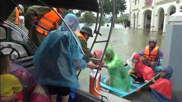 Hà Tĩnh tập trung giúp dân khắc phục hậu quả thiệt hại do mưa lũ gây ra ảnh 2