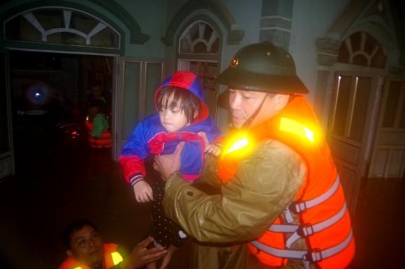 Lực lượng chức năng tỉnh Hà Tĩnh kịp thời giúp sơ tán người dân trong vùng lũ vừa qua