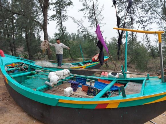 Ngư dân Hà Tĩnh gấp rút đưa tàu thuyền vào nơi tránh trú trước bão số 8 ảnh 9