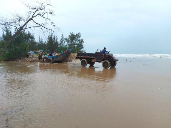 Ngư dân Hà Tĩnh gấp rút đưa tàu thuyền vào nơi tránh trú trước bão số 8 ảnh 1