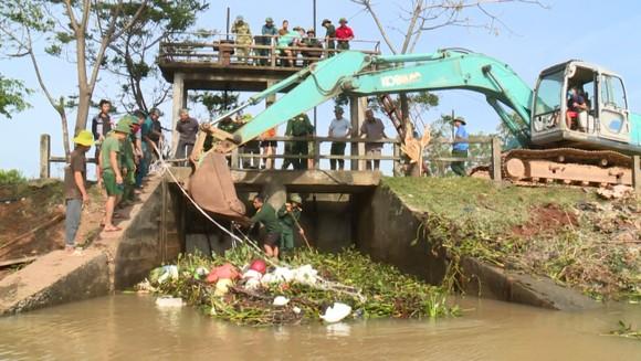 Ngư dân Hà Tĩnh gấp rút đưa tàu thuyền vào nơi tránh trú trước bão số 8 ảnh 12