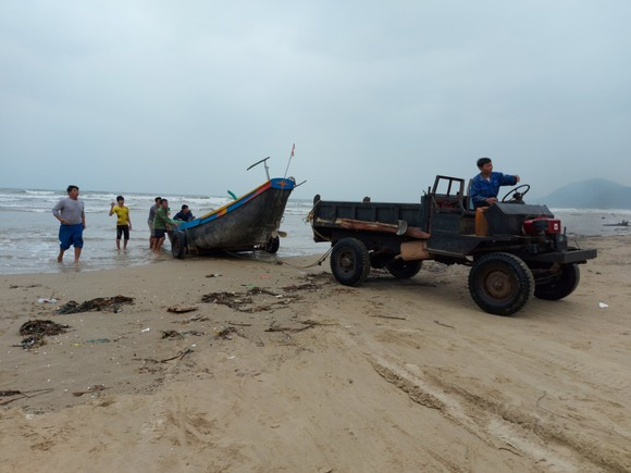 Ngư dân Hà Tĩnh gấp rút đưa tàu thuyền vào nơi tránh trú trước bão số 8 ảnh 2