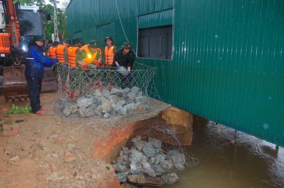 Huy động lực lượng kịp thời gia cố sạt lở bờ sông ở Hà Tĩnh ảnh 3