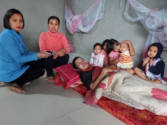 Trao tiền hỗ trợ các hoàn cảnh khó khăn tại Huế, Hà Tĩnh, Quảng Nam ảnh 2