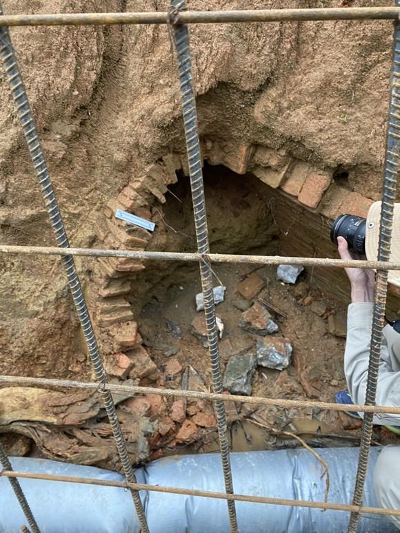 Thi công kênh thoát nước phát hiện ngôi mộ cổ ảnh 1
