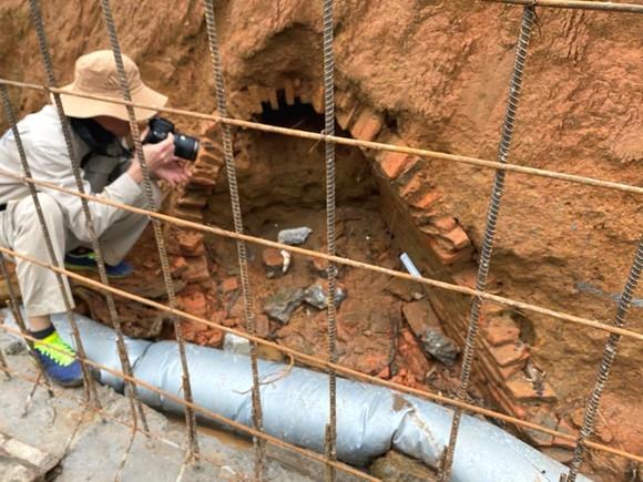 Hiện trường một phần ngôi mộ được phát hiện