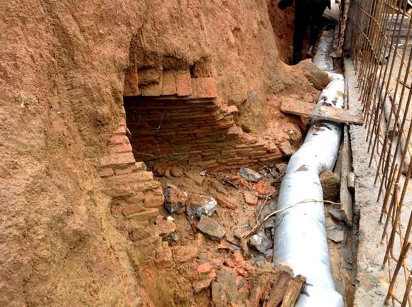 Thi công kênh thoát nước phát hiện ngôi mộ cổ ảnh 2