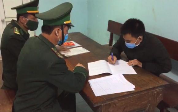 Phát hiện đối tượng trốn trên xe tải để nhập cảnh trái phép vào Việt Nam ảnh 4