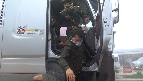 Phát hiện đối tượng trốn trên xe tải để nhập cảnh trái phép vào Việt Nam ảnh 2